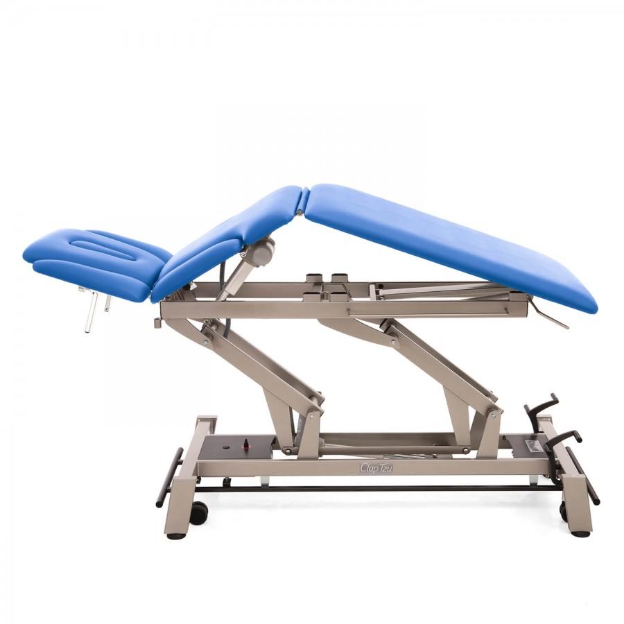 Mit elektrischer Dachstellung: Stationäre Therapieliege Stockholm 7 Segmente, Untergestell mit Radhebesatz (optional) und Farbe: Twintone (anthrazit / metallic), Bezugsfarbe: PISA-blau