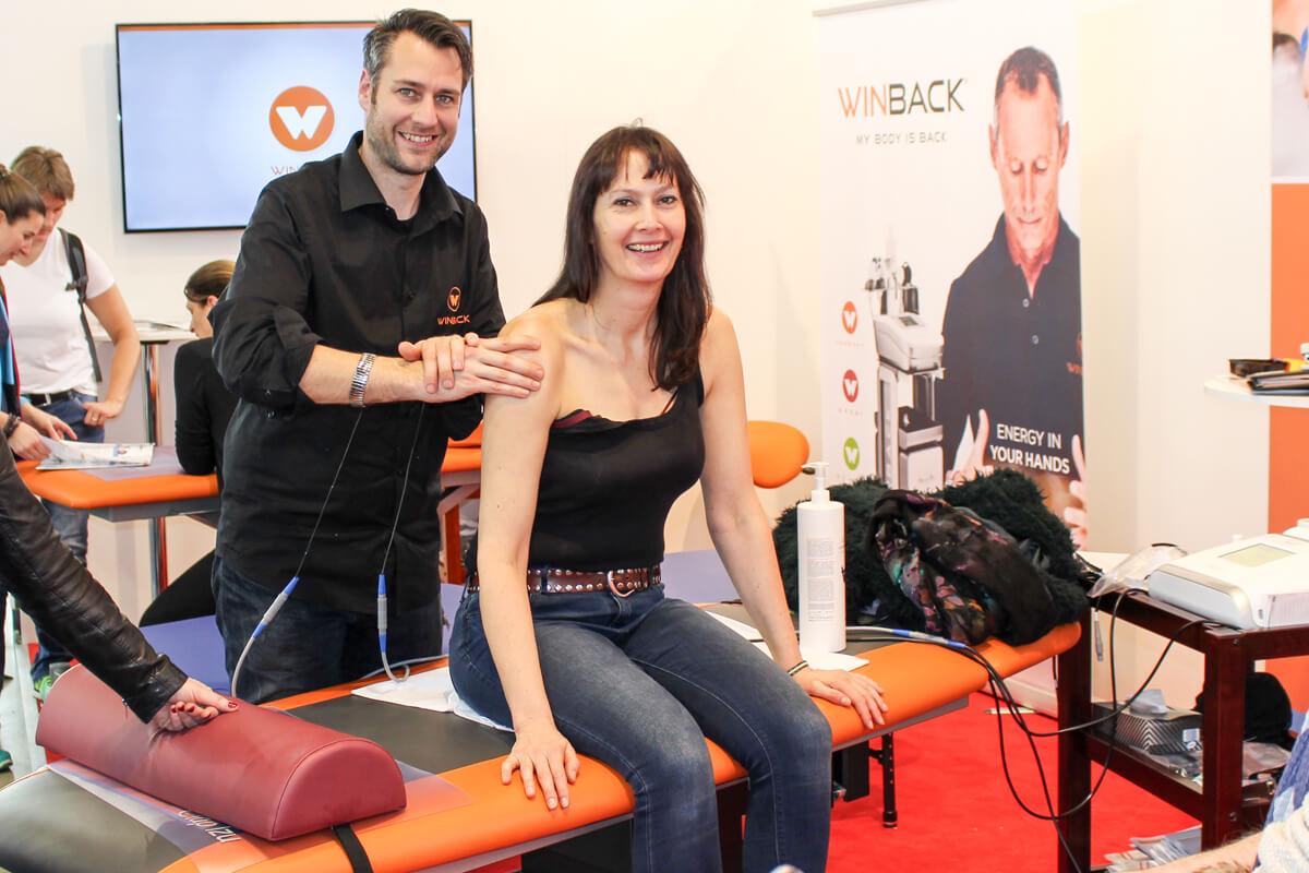 Physiotherapeut Christian Gräff führt die Tecartherapie mit dem Smartmode des WINBACK-Therapiegerätes vor.